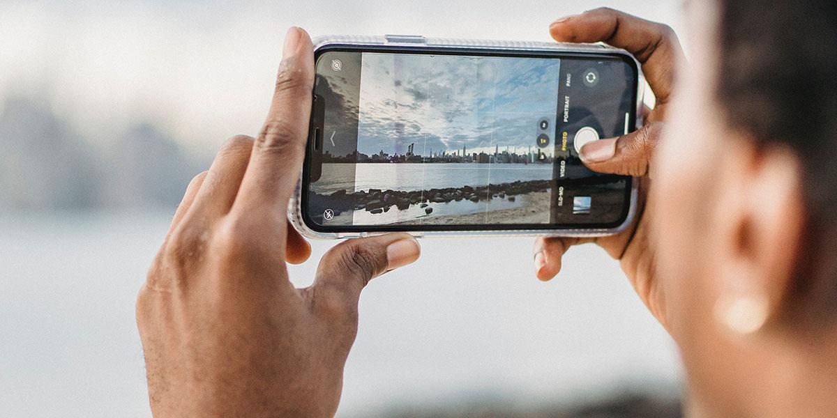 Man fotografeert skyline met zijn smartphone